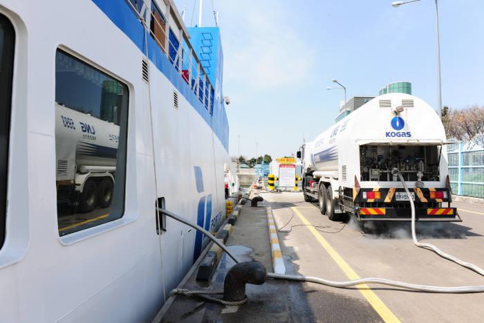 국내 최초 LNG추진선박인 인천항만공사 에코누리호가 LNG를 공급받고 있다.