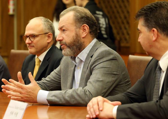 댄 암만 GM 총괄 사장이 26일 오전 국회에서 열린 한국지엠대책특별위원회와의 간담회에서 한국지엠 회생방안을 논의했다