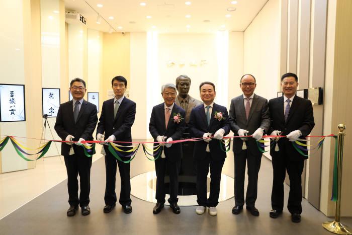 김주진 앰코테크놀로지 회장(왼쪽 세 번째)이 앰코코리아 박용철 사장(왼쪽 네 번째) 등 임원들과 앰코 센테니얼 홀 개관식에서 테이프 커팅을 하고 있다.