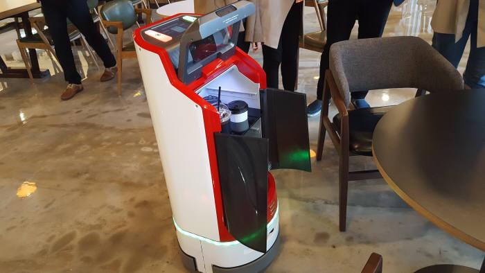 유진로봇 사옥 내 로봇카페에서 고카트가 커피를 나르고 있다.