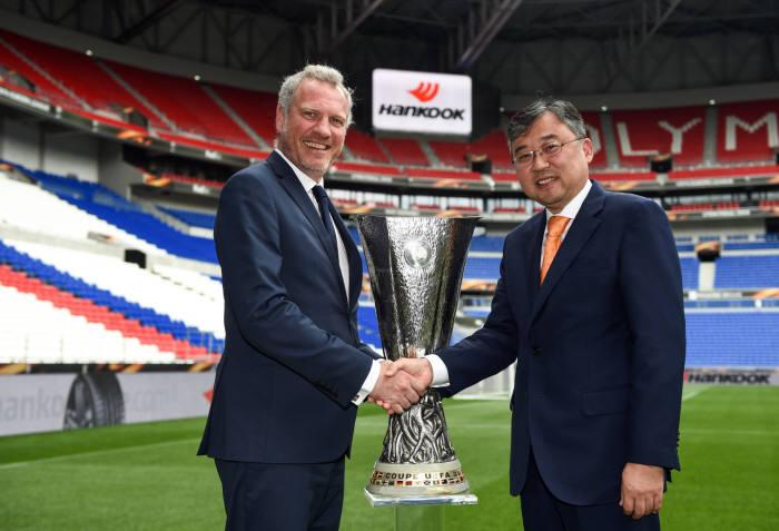 기-로렝 앱스뗑 UEFA 마케팅 본부장(왼쪽)과 김한준 한국타이어 구주지역본부장 전무가 기념 촬영을 하고 있다.
