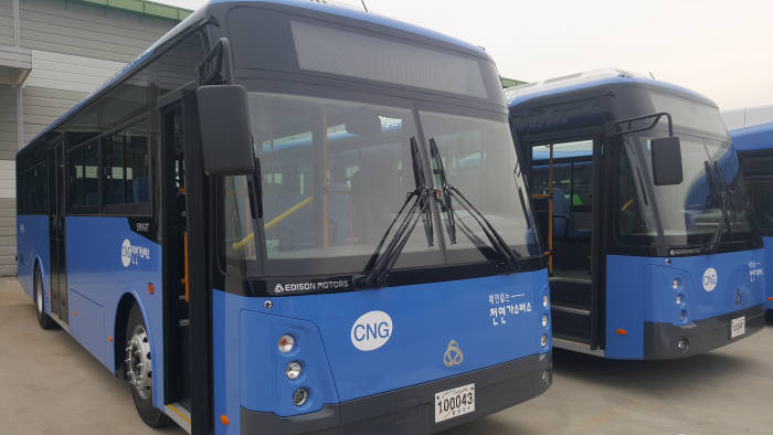 에디슨모터스가 출시한 11미터급 CNG 고상형 시내버스(모델명 : SMART 11HG).