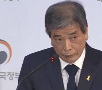 김진경 특위 위원장이 국가교육회의 회의 후 향후 계획에 대해 설명하고 있는 모습