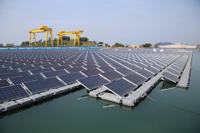 서부발전 태안화력발전소 내에 조성된 수상태양광