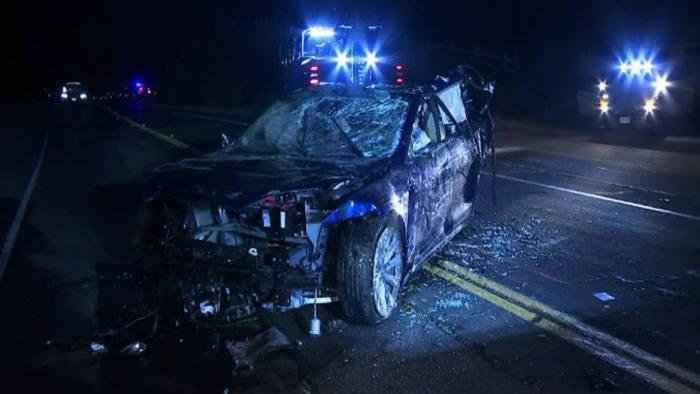 20일(현지시간) 미국 캘리포니아주 고속도로에서 이탈해 인근 연못으로 추락한 테슬라 '모델S' 차량(사진 출처 KTVU)