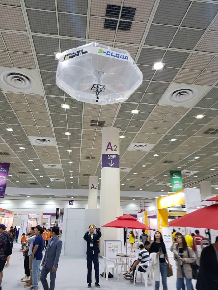 성균관대 지능형ICT융합연구센터 관계자가 드론에 헬륨 풍선을 장착한 S-CLOUD 를 날리고 있다.