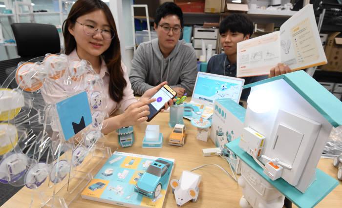 서울 강남구 럭스로보 연구원이 SW교육용 로봇 '모디'의 새 버전 '헬로 IoT 키트'를 시연하고 있다. 김동욱기자 gphoto@etnews.com