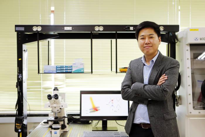 김종환 포스텍 교수. 김 교수는 미 UC버클리대 연구팀과 공동으로 TMDC 물질에서 순수한 스핀과 밸리 전류의 생성이 가능하다는 사실을 실험을 통해 확인했다.