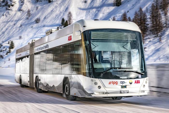 버스 상단(지붕)에 ABB의 충전 장치를 장착한 스위스 제너바에 운행 중인 전기버스.