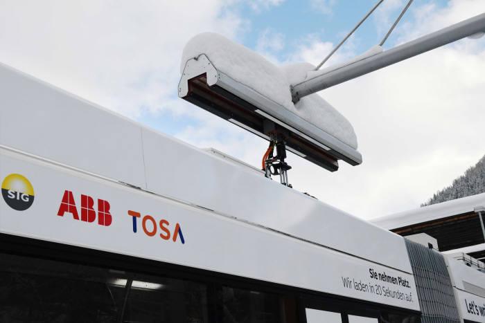 버스 상단(지붕) 충전구를 통해 자동으로 충전하는 모습.