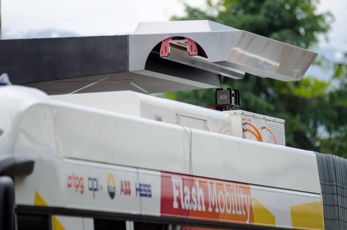 전기버스 상단(지붕) 충전구를 통해 자동으로 충전 중인 전기버스.