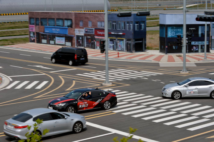 서산 주행시험장 내 첨단시험로 교차로에서 좌회전 중인 현대모비스 자율주행 실험차 'M.BILLY' (제공=현대모비스)