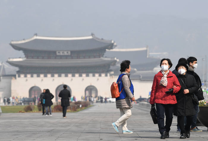 광화문광장을 찾은 시민들이 마스크를 쓴 채 잰걸음을 옮기고 있다. <전자신문DB>
