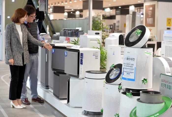 공기청정기 수요가 급증하면서 삼성전자는 '블루스카이' '큐브', LG전자는 '퓨리케어'를 앞세워 공기청정기 시장을 공략하고 있다. 박지호기자 jihopress@etnews.com
