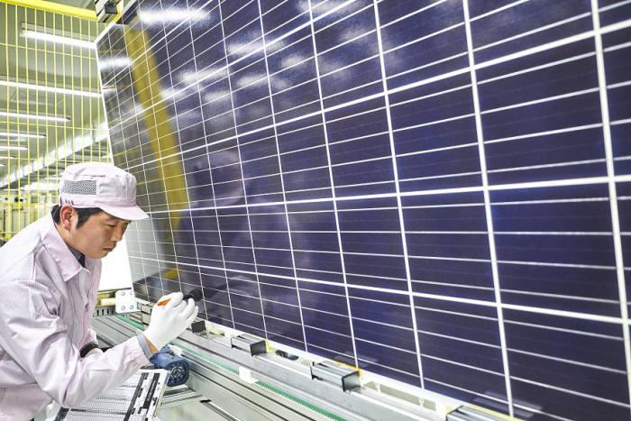신성이엔지 직원이 태양광모듈을 검수했다. [자료:신성이엔지]