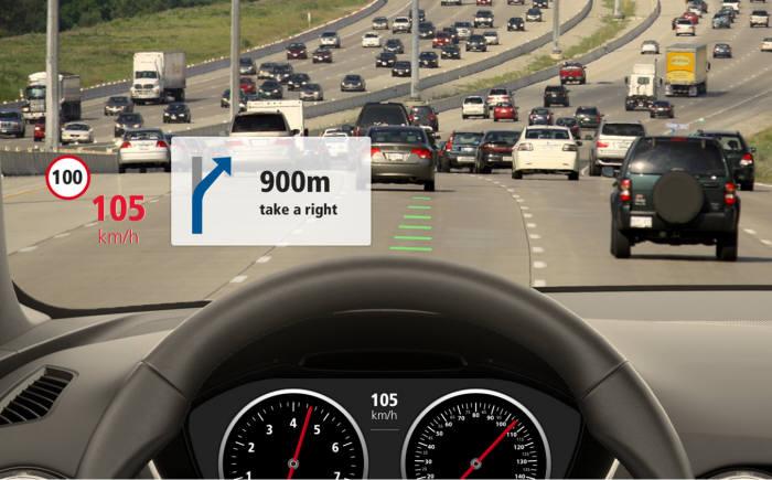 차량용 HUD 시스템은 GNSS 칩, 카메라, 모바일 앱을 통합한 기술로 시각 정보를 실시간으로 제공한다.