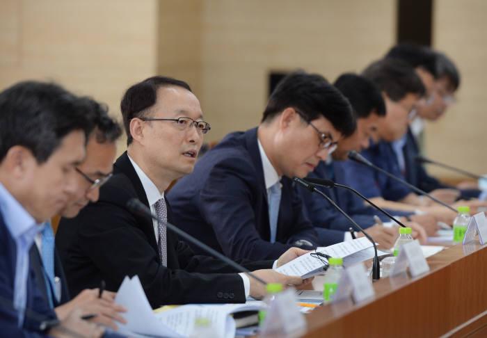 백운규 산업부 장관이 재생에너지 민관공동협의회에서 인사말을 하고 있다.