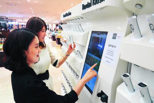 롯데백화점 직원들이 인공지능 챗봇 '로사'를 활용해 상품을 검색하고 있다.