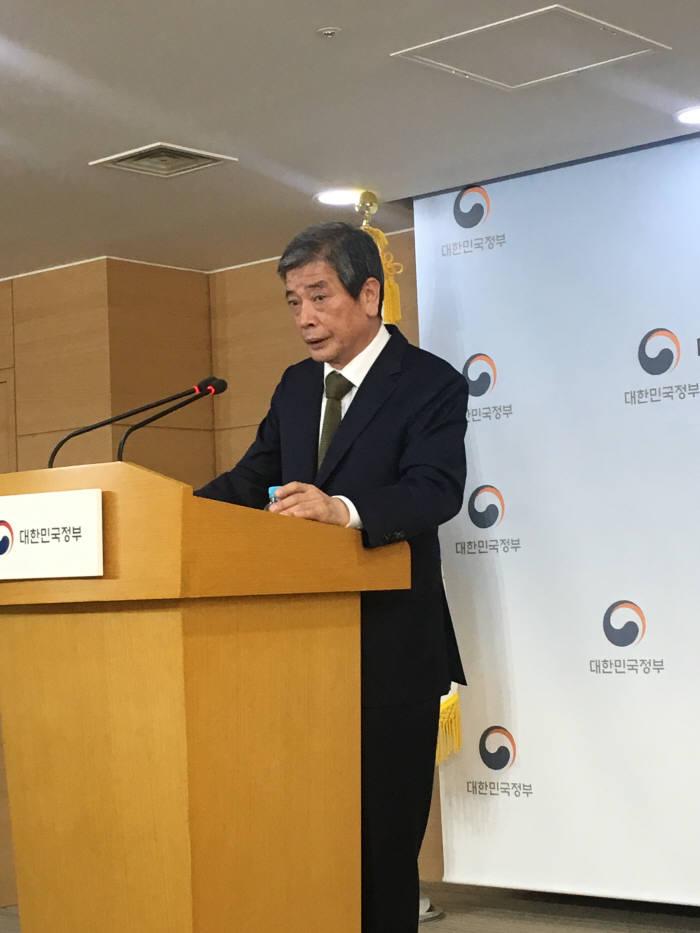 김진경 대입특위 위원장이 공론화 범위에 대해 발표하는 모습