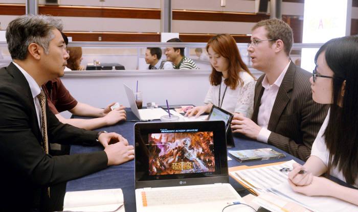국내 게임산업 수출액이 2018년 총 40억 달러를 넘을 전망이다. 2015년 서울 코엑스에서 열린 게임 수출전시회 잇츠게임에서 참석자들이 이야기를 나누고 있다.