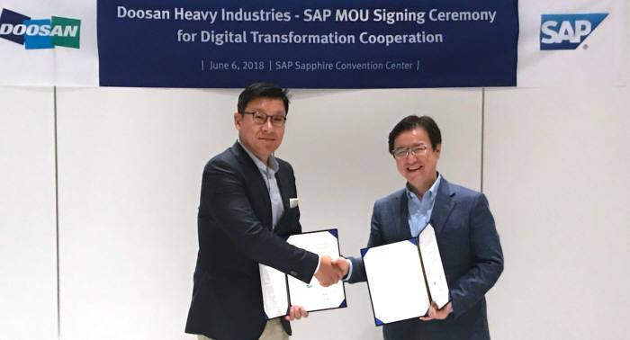 송용진 두산중공업 부사장(왼쪽)과 이성열 SAP코리아 사장이 공동협력 협약서에 서명 후 기념촬영했다.