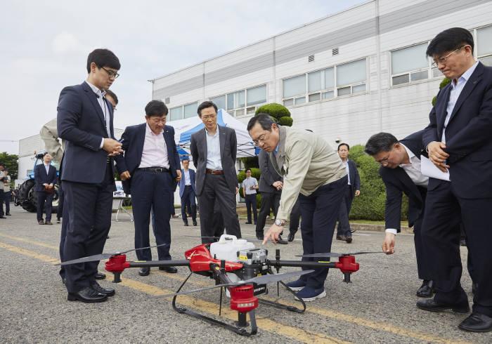 구자열 LS그룹 회장((왼쪽 네 번째)이 LS엠트론 전주사업장을 방문해 드론을 살펴보고 있다.
