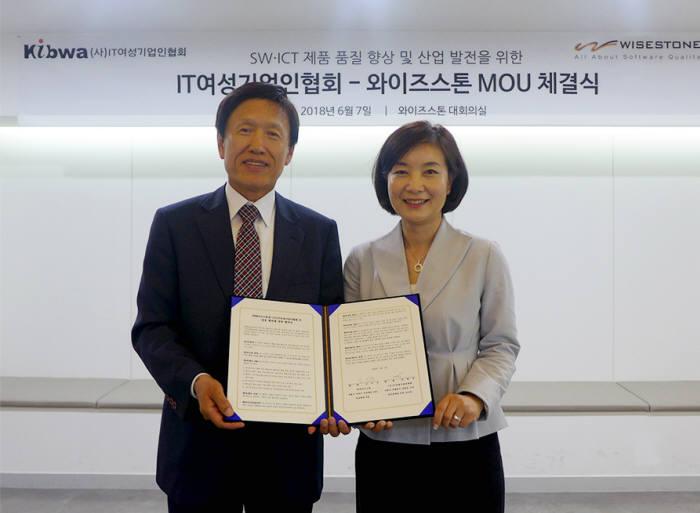 전현경 IT여성기업인협회장(오른쪽)과 신석규 와이즈스톤 회장이 MOU를 체결하고 기념촬영했다.