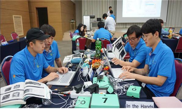 지난해 IoT 이노베이션 챌린지 참가팀들이 합숙 캠프에서 삼성전자 IoT 플랫폼 '아틱'으로 실습하는 모습