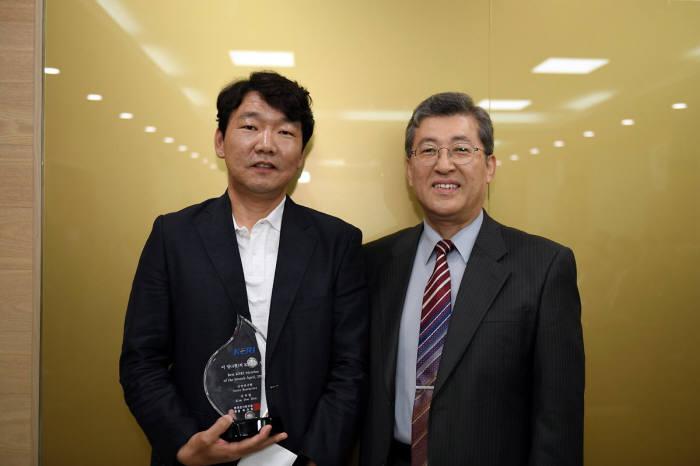 김두헌 선임연구원(왼쪽)은 전기화학 나노 표면처리 기술 개발 공로로 '이달의 KERI인상'을 받았다. 오른쪽은 최규하 KERI 원장.