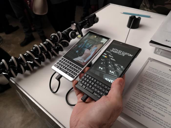 블랙베리 행사장에서 키2 스마트폰을 사용해 보고 있다. 한글 각인이 되지 않은 북미향 제품이다.