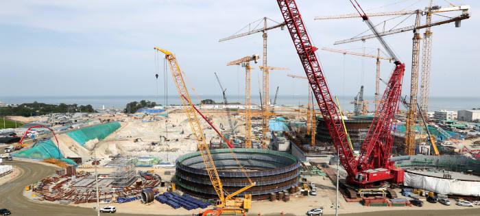 신고리 5, 6호기 건설현장에서 거대한 원통 형태 라이너 플레이트가 조립 중이다. <사진 한국수력원자력>