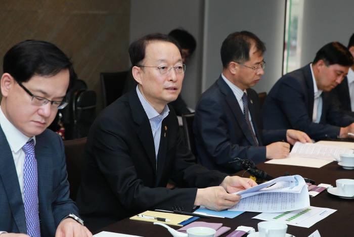 백운규 산업통상자원부 장관(왼쪽 두번째)이 이차전지 및 반도체 현안대응 전략회의에서 한중 장관회의 결과에 대해 설명하고 있다.