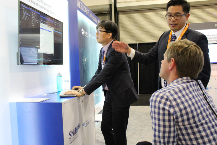 지난 3월 미국 라스베이거스에서 열린 'HIMSS 2018' 이지케어텍 부스에서 회사 관계자가 방문객에서 베스트케어 2.0에 대해 설명하고 있다.