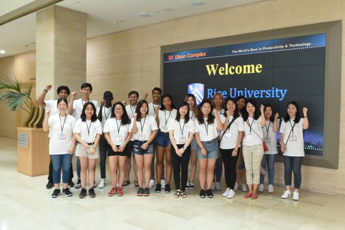 라이스 대학교 장학금 수혜 학생들이 SK이노베이션 울산CLX에서 기념촬영 했다. [자료:SK이노베이션]