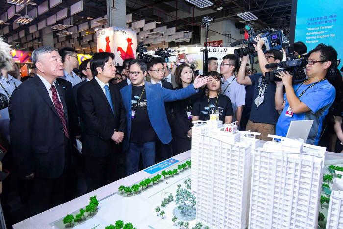 (왼쪽부터)셴롱진 대만 경제부 장관과 윌리엄 라이 대만 행정원장이 이노벡스 부스를 둘러보고 있다<사진 타이트라>