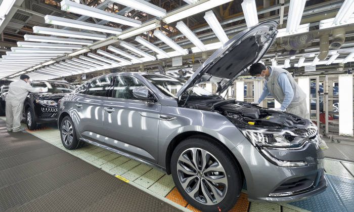 르노삼성차 부산공장 생산라인에서 작업자들이 차량을 점검하고 있다.