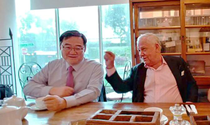 구성훈 삼성증권 대표(사진 왼쪽)과 짐 로저스가 8일 싱가포르에서 만나 대화를 나누고 있다.
