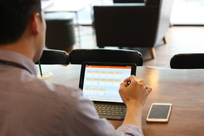 한화토탈 직원이 스마트 세일즈 시스템으로 일하는 모습. [자료:한화토탈]