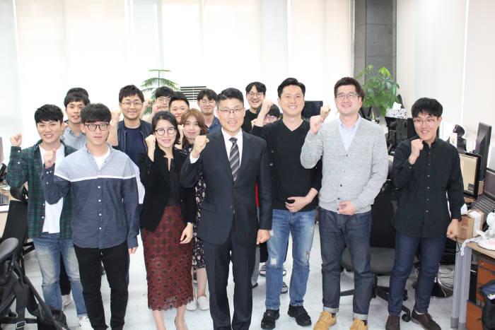 전자문서 솔루션 전문업체 이파피루스는 종이없는 친환경 사회 구현에 앞장서고 있다. 김정희 대표(앞줄 오른쪽 네번째)와 임직원이 파이팅을 외치고 있다.