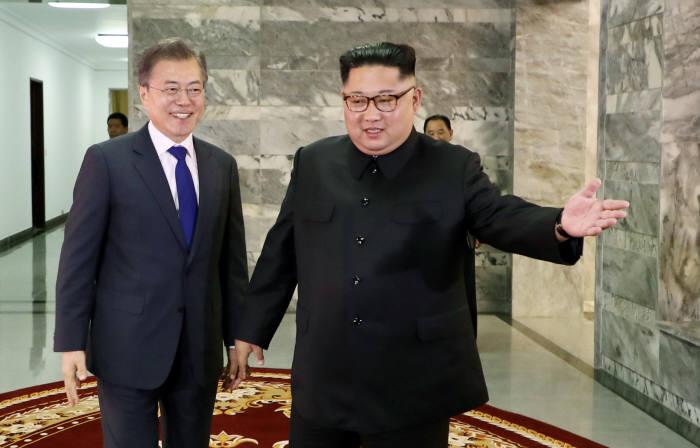 (왼쪽부터)문재인 대통령과 김정은 북한 국무위원장.