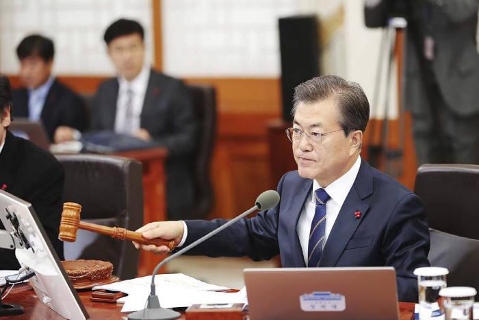 국무회의 주재하는 문재인 대통령<출처:청와대>.