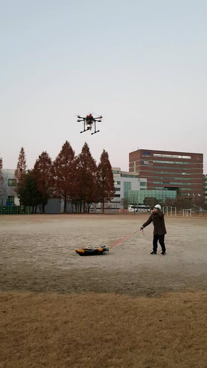 딥러닝 학습을 마친 드론이 이동하는 표적을 포착해 자동 착륙하는 모습