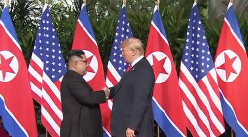세기의 담판에 나선 도널드 트럼프 미국 대통령과 김정은 북한 국무위원장이 12일 회담장이 마련된 싱가포르 센토사섬 카펠라 호텔에서 역사적 만남을 가졌다. 두 정상은 이날 오전 9시 4분(한국시간 오전 10시 4분)경 호텔 1층 로비에서 만나 악수를 나누며 첫 만남을 기념했다.