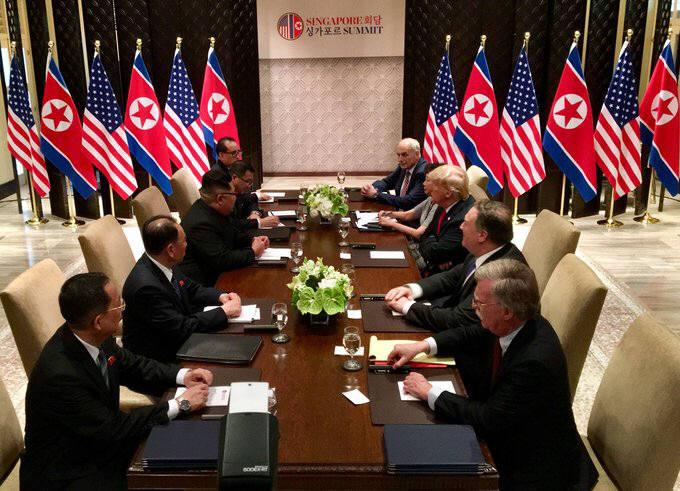 예정된 45분보다 약 10분 일찍 단독회담을 마친 북미 정상은 참모들이 함께 배석하는 확대 정상회담에 돌입했다.