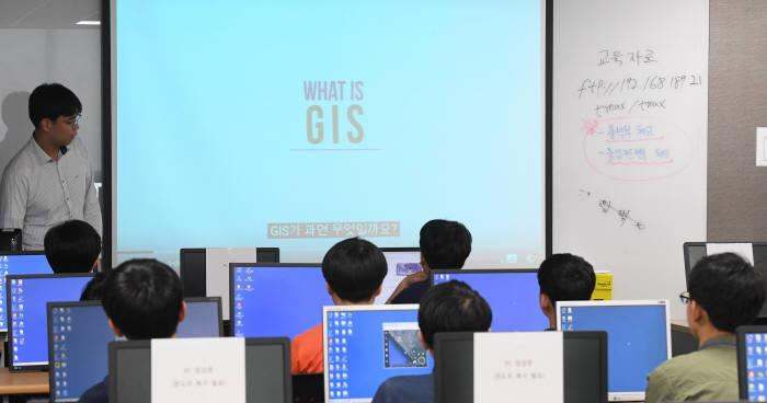 '제3회 드림업 브이월드 공간정보 아카데미'가 19일 서울 강남구 티맥스소프트 교육센터에서 열렸다. 브이월드 지도 서비스 실습, 커뮤니티 맵 만들기 교육에 참석한 학생들이 브이를 그리며 기념촬영을 했다. 학생들이 공간정보 강의에 집중하고 있다. 이동근기자 foto@etnews.com