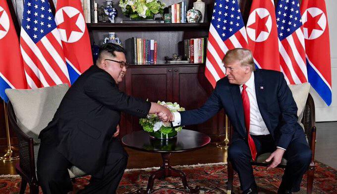 (왼쪽부터)김정은 북한 국무위원장과 도널드 트럼프 미 대통령이 악수하고 있다.
