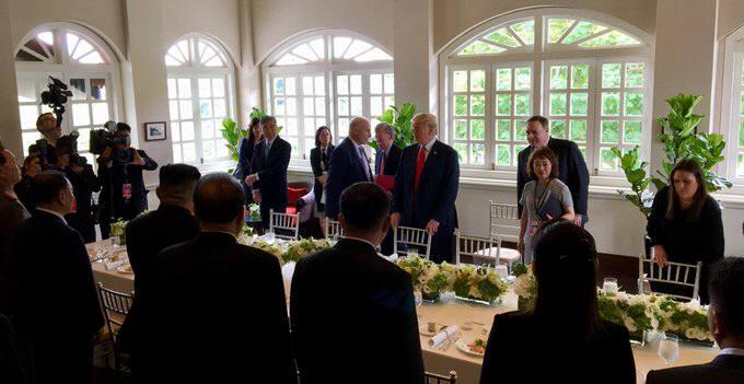 도널드 트럼프 미 대통령과 김정은 북한 국무위원장이 12일 확대 정상회담을 종료하고 업무 오찬을 시작했다. 사진: 백악관 트위터