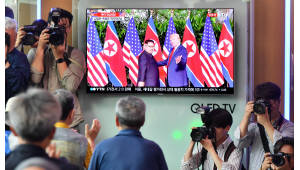 북미 정상회담 보는 서울역 시민들