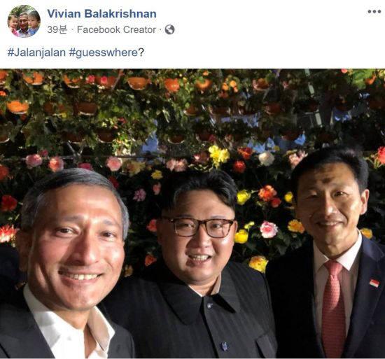 김정은 북한 국무위원장이 11일 저녁 가든스바이더베이를 방문해 비비안 발라크리쉬난 외무장관(왼쪽)과 기념촬영을 하고 있다