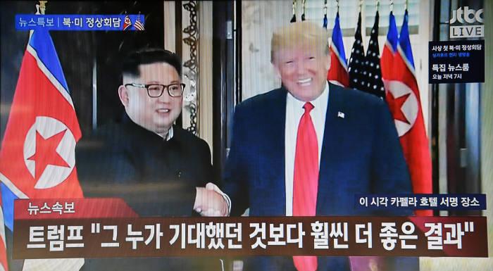 공동합의문에 서명하고 난 뒤 악수를 하는 김정은 북한 국무위원장과 도널드 트럼프 미국 대통령 모습 <사진 출처=jtbc 방송 화면 캡쳐>